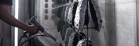 operatore impegnato nella verniciatura a polvere